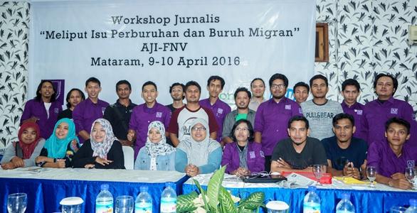 WORKSHOP: Para peserta Workshop Jurnalis tentang Isu Perburuhan dan Buruh Migran AJI Mataram berpose usai acara di Mataram, Minggu (10/4).