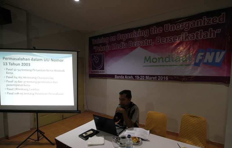 """Training on Organizing the Unorganized """"Pekerja Media Bersatu, Berserikatlah"""" di Hotel Grand Aceh pada 19-20 Maret 2016. Junaidi Hanafiah/AJI Banda Aceh"""