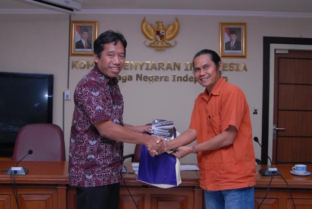 Ketua AJI Indonesia, Suwarjono (kiri) dan Komisioner KPI Pusat Bidang Kelembagaan Bekti Nugroho.