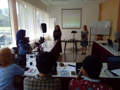 Sabine Torres CEO Media Selatan sedang memberikan pengetahuannya tentang konten media online lokal di Hotel Grand Kanaya Baturraden Purwokerto.