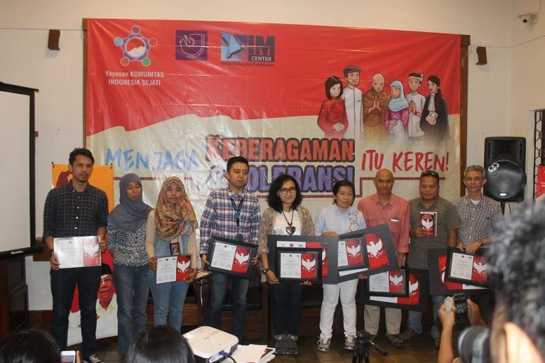 Foto bersama para nominasi dan pemenang Lomba Karya Jurnalistik Isu Keberagaman